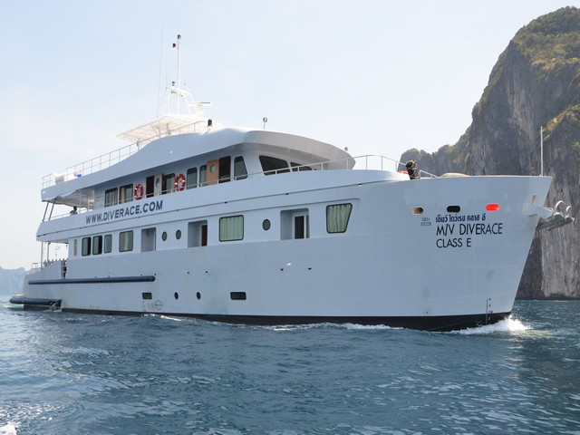 Diverace - Similan Island Cruises from the right side
